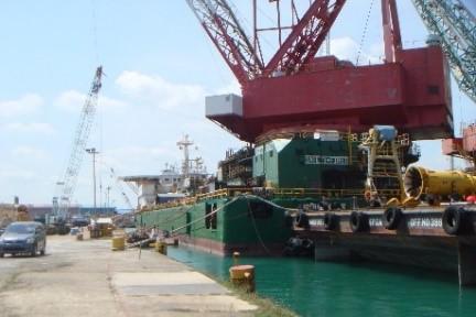 写真09_係留中の海上施工船